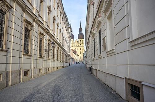 Die Straßen von Trnava mit Bick auf den Nikolaus-Dom