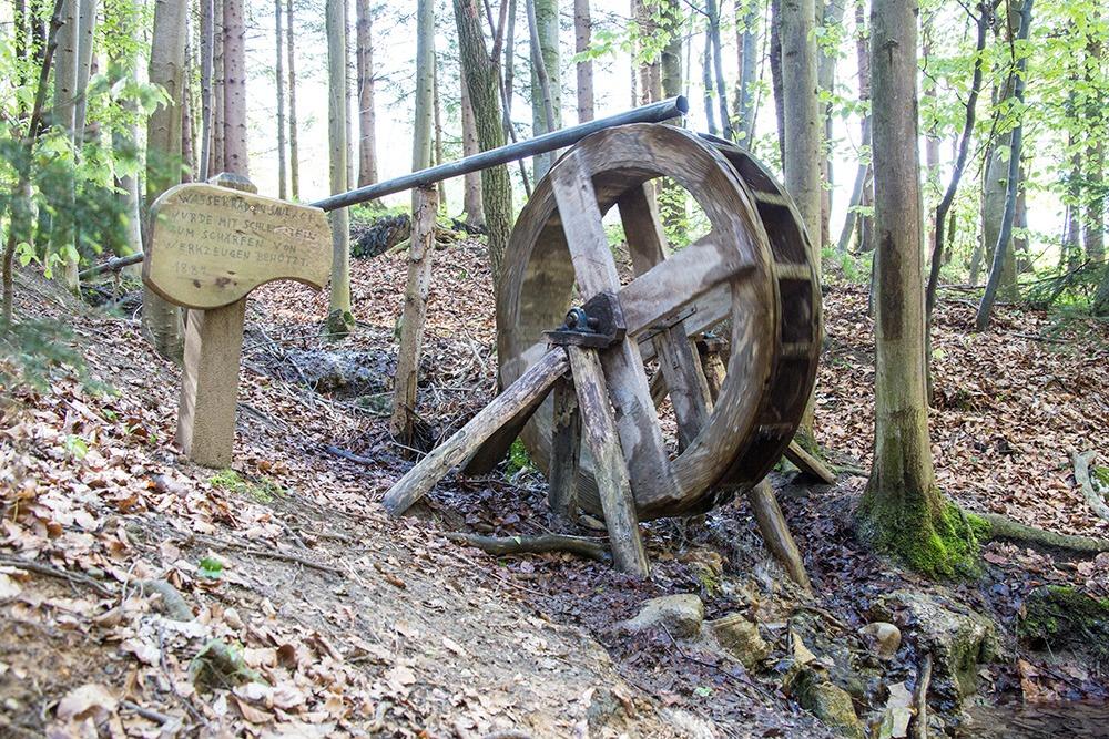 Wasserrad am Rande des Wanderwegs